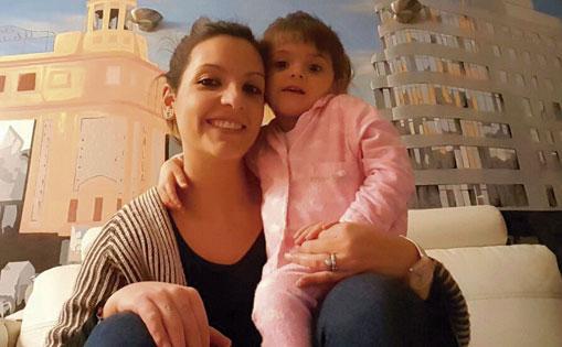 Rocío con la pequeña Natalia, detrás la calle Gran vía.