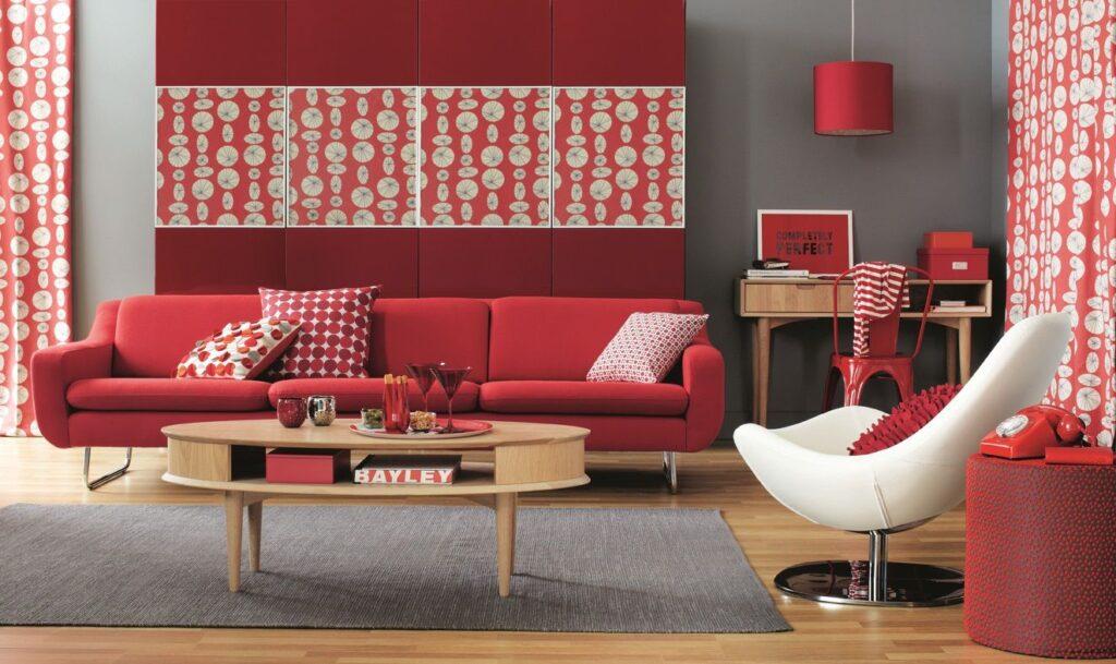 Decoración salón con el color rojo.